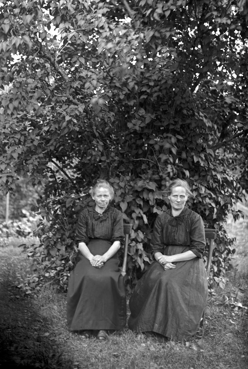 Till vänster sitter Kristina Strid, Mårtsbo, Wästra Hästbo