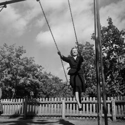 Författarinnan Astrid Lindgren gungar i Vasaparken.