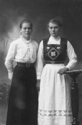 Atelierportrett av Olefine Oleussen, f. 1901 og Ingeborg Siv