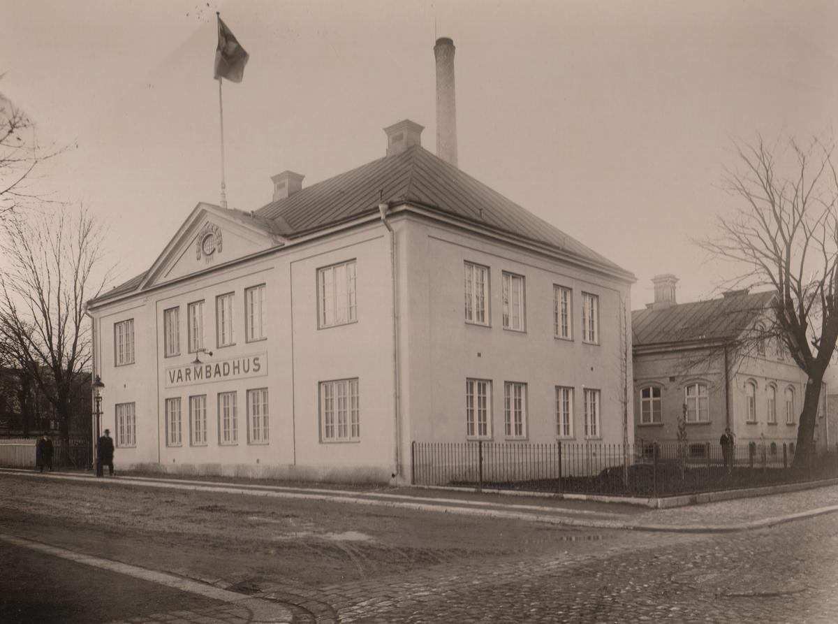 Varmbadhuset sedd från korsningen Repslagaregatan/Badhusgatan.Varmbadhuset i hörnet Badhusgatan/Repslagaregatan. I januari 1884 öppnades stadens nya badhus, uppfört av byggmästare C. F. Pihlström. Det byggdes till 1907 och rustades även 1914. Badhuset var i bruk till dess att den nya simhallen stod klar 1965.