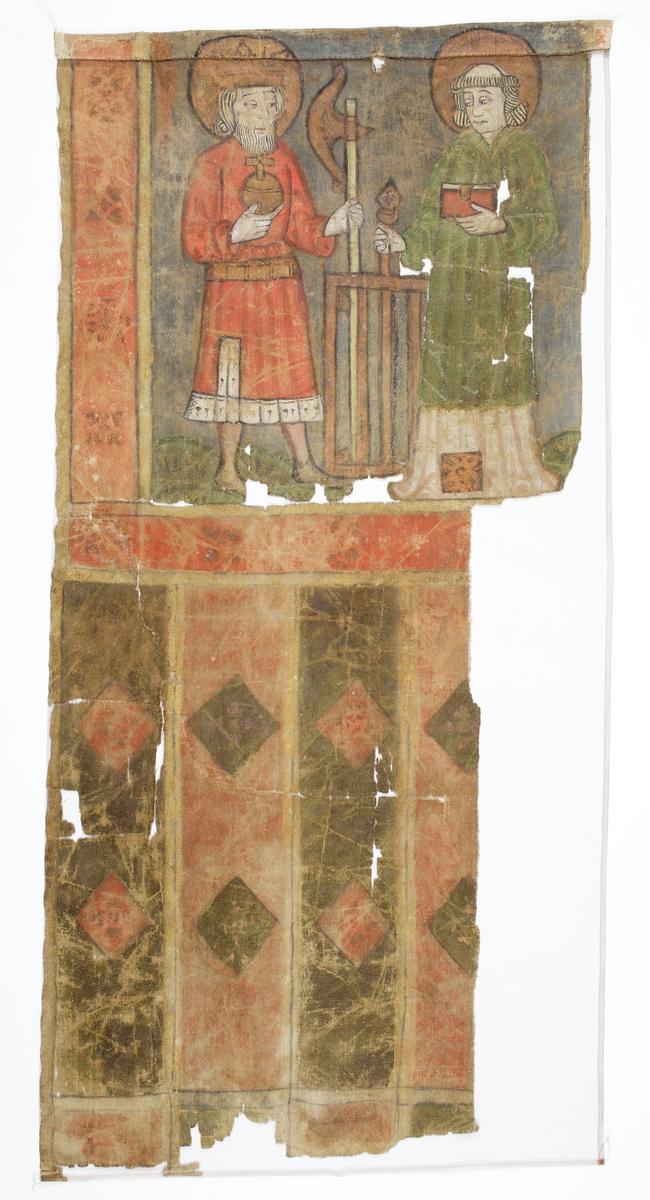 """Processionsfana av linnelärft (tuskaft) med dubbelsidig målning (troligen olja) och med samma motiv på båda sidor: S:t Olof och S:t Laurentius på övre delen och vertikala breda ränder på nedre. S:t Olof är krönt, med en röd livklädnad med hermelinprydd nederkant, ett riksäpple i ena handen och sitt attribut yxan i andra. S:t Laurentius är klädd i vit alba med diakontecknet i nederkantens mitt med en grön dalmatika över, och håller en bok i ena handen och sitt attribut halstret i andra. Längs sidorna och nederkanten av motivspegeln finns en bred bård numera i rosa med schablonmålade rödare rosor och utanför detta gula kantlister. Under detta är fanan målad med nedhängande vertikala gröna och röda ränder/tungor som är dekorerade med diagonala rutor/romber i rött och grönt, även dessa med gula kantlister. Tungorna är ej uppskurna. Eventuellt har flera detaljer varit förgyllda tidigare. Rester syns bl a på glorior, tecken och bårdornament. Tuskaftväven är vävd av grövre enkeltrådigt Z-spunnet lingarn i både varp och inslag.  Sedan 1960-talet är fanan utslätad med hjälp av vattenbad och att torka plant och sedan uppsydd mot brun silkecrepelin mot """"baksidan"""".  Inskrivet i huvudbok 1870."""