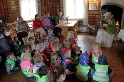 Fortellerstund i restauranten i Museumsparken i Tynset. Maren Kværnes Halberg forteller og synger, med entusiastiske barn og foreldre. Foto: Kristian Skjellaug. (Foto/Photo)