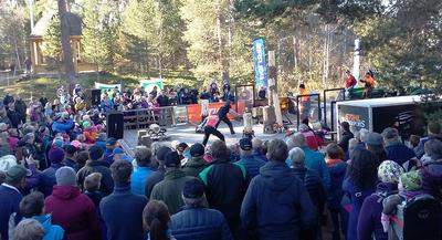 Landbrukets Dag. Tømmershow, med både økser og motorsager. Hold avstand! Foto: Torgeir Rennemo. (Foto/Photo)
