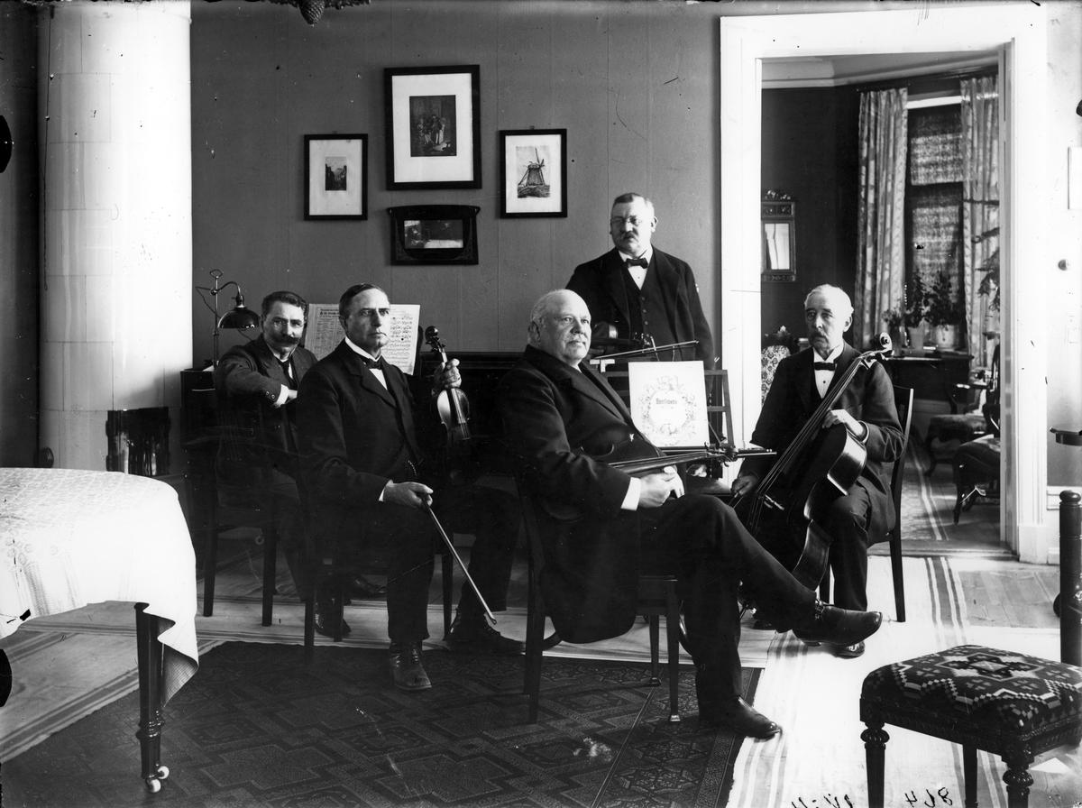Musikkvintett, ca 1920 Fr.v. Musikdir. G. Ekman, Kyrkoh. Karl Örström, Hamnfogde C.J. Gustafsson, Apotekare A.E Sjöberg, Grosshandlare F. Holmgren.