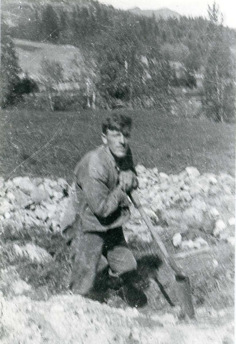 Olaf Listrud i arbeid på Finnsandbanen med grøfting.