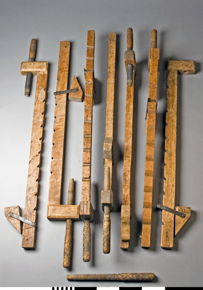 Limknekt, 7 st av trä. Knekten består av ett långt och ett kort trästycke som är hopslitsade med varandra i en rät vinkel. Genom det korta trästycket går en träspindel. På det långa trästycket finns en flyttbar sadel som med ett järnbeslag kan läggas i små urtagningar i det långa trästyckets yttersida. Pressningen vid limningen åstadkommes genom att arbetsstycket sättes mellan spindeln och sadeln. Änden på det långa trästycket har en rätvinklig avslutning. I änden finns en genomgående trästav som stopp för sadeln. Längden är den totala inklusive spindel fullt inskruvad.  Funktion: Hålla ihop delar som limmas