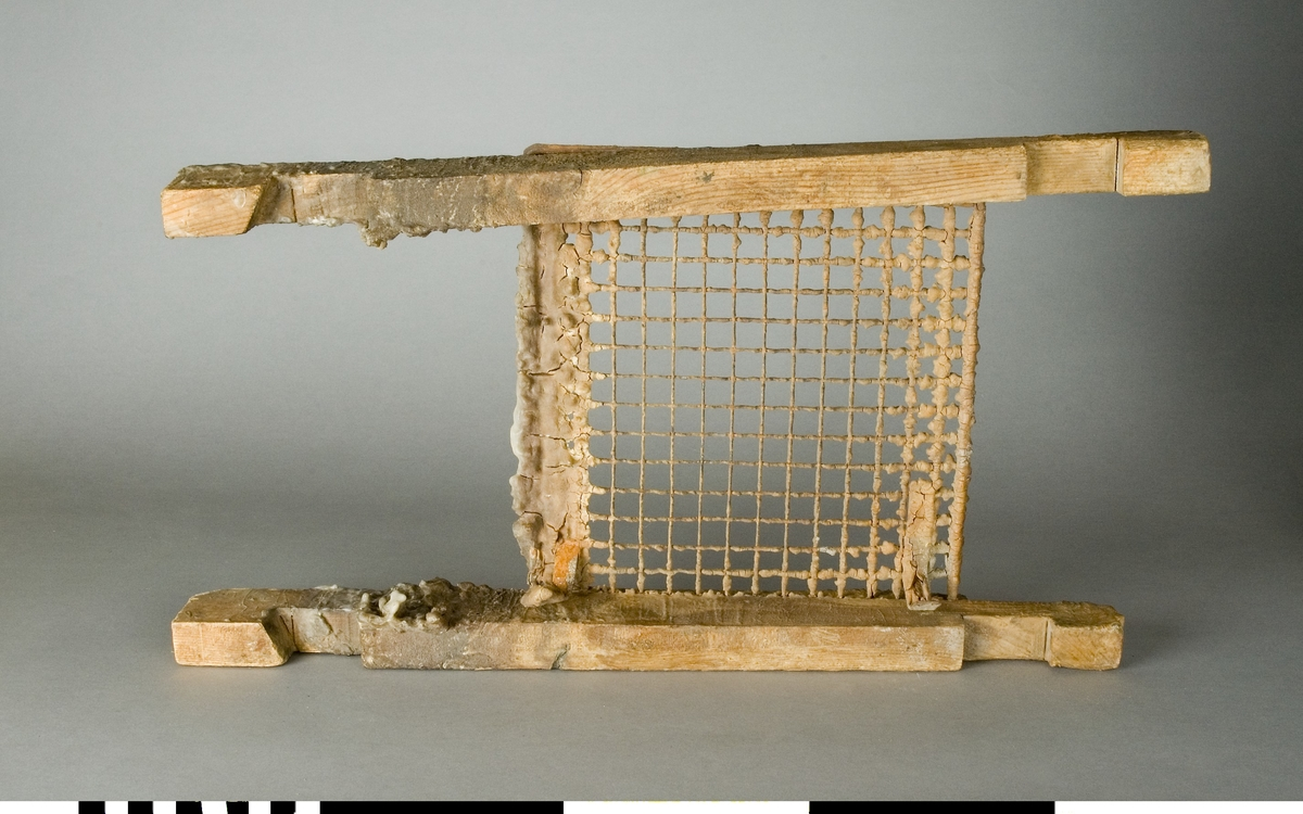 Galler av järn med träram.