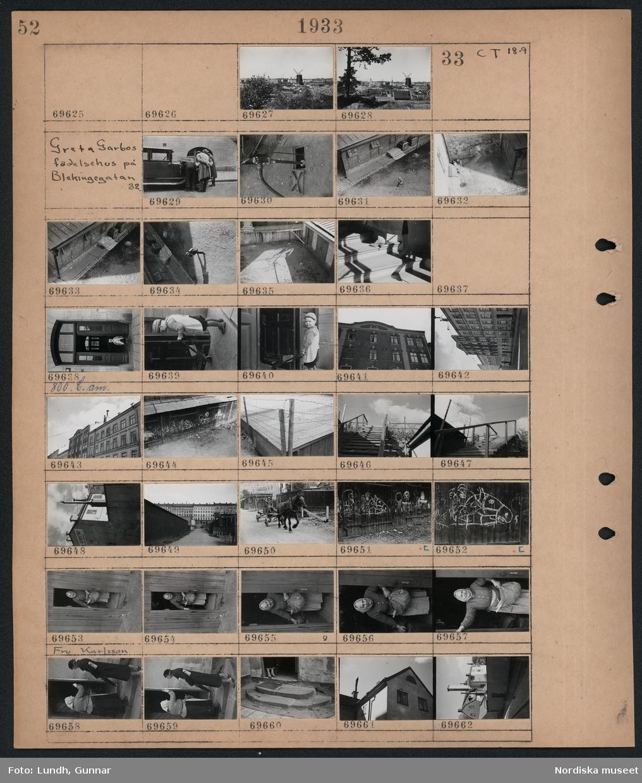 Motiv: Skanskvarn, G. Nordblad; Stadsvy med bebyggelse och en kvarn.  Motiv: Greta Garbos födelsehus på Blekingegatan; Tre män står och tittar i motorrummet på en bil, vattenkran i en gatubrunn, vy över en innergård, interiör med trappa, ett barn står i en port med en skottkärra, exteriör av en byggnad, gatuvy med fasader, en trätrappa, vy över bebyggelse, en man sitter på en hästdragen vagn, teckningar ritade på ett plank med kritor bland annat ett hästhuvud, en kvinna Fru Karlsson står i en dörröppning, två kvinnor står och samtalar, en trappa, exteriör av ett hus.