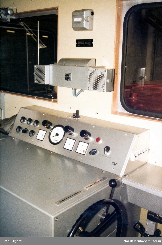 Skiftetraktor litra Ska nr. 223 401 ved levering fra NEBB, førerplassen
