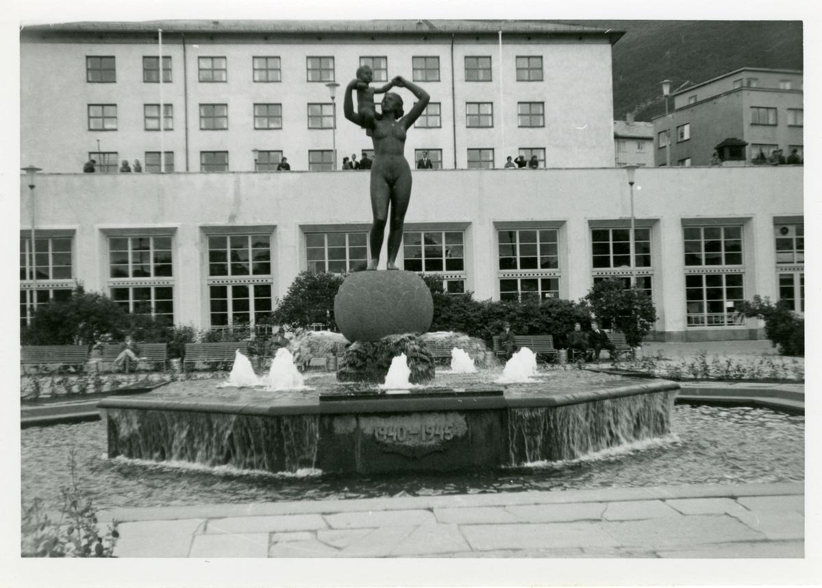 Fontene og skulptur på torget i Narvik.