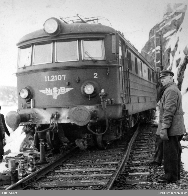 Elektrisk lokomotiv El 11.2107 avsporet etter å ha kjørt i steinsprang ved Bakke, Farrisvatnet