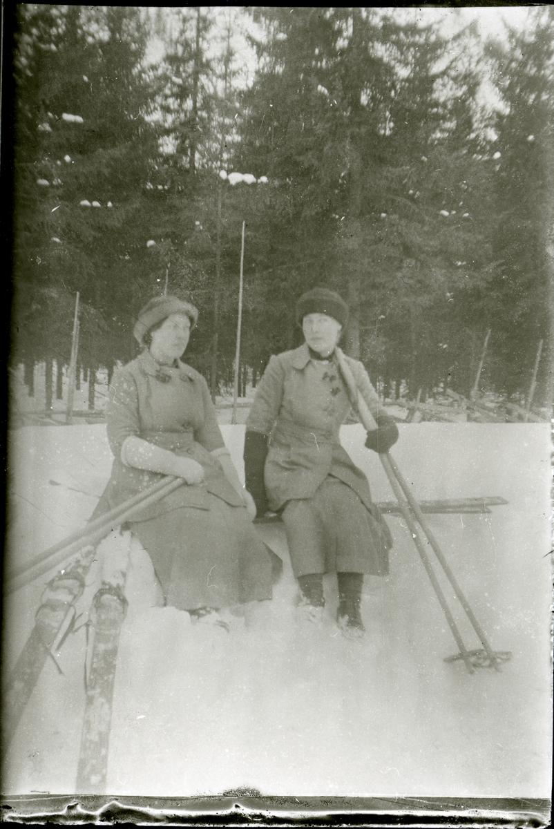 To kvinner med skiutstyr.