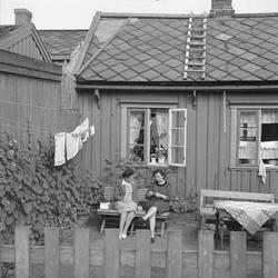 Fru Wold og Dragseth i sin have, Ilsvikøra, fot. for Arb.Avi