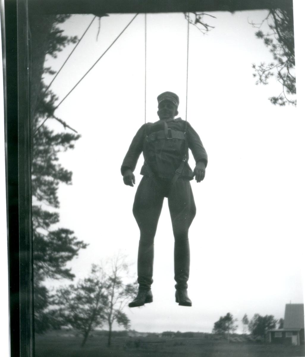 Fallskärmsselen provas av löjtnant Stuart.