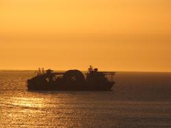 Spesialfartøyet Seven Naviac fotografert i solnedgang utenfo