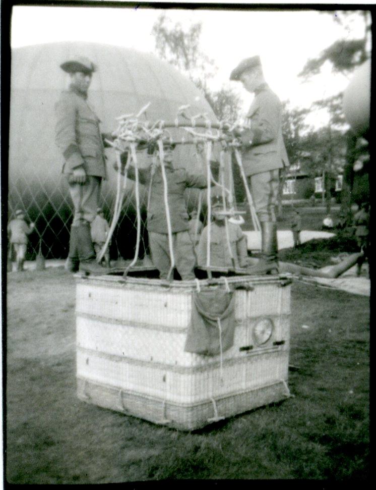Kulballong m/1930. Korgkransen anslutes till korgen.