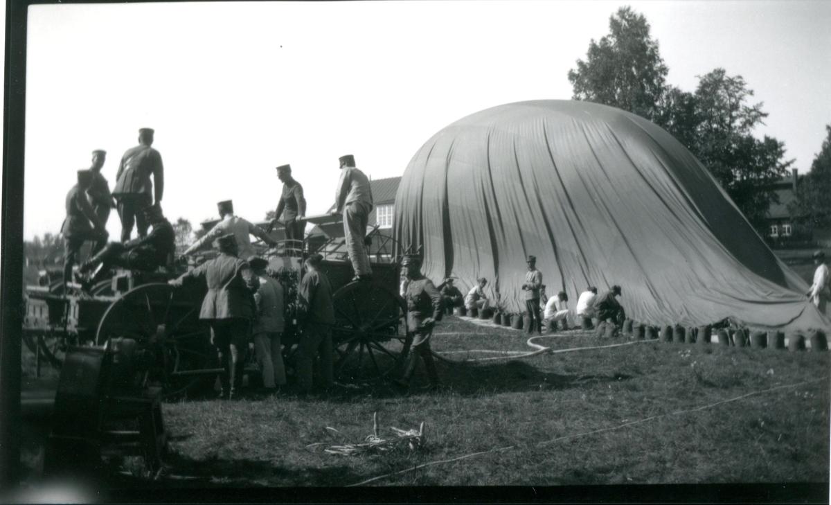 Fältballongen fylles med gas.