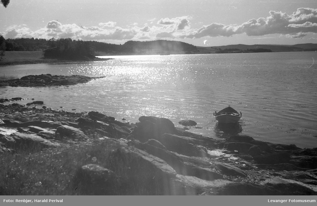 Levangersundet, ca, båt ved vannkanten