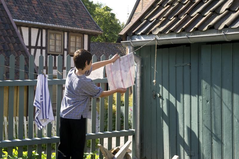 Soltørking og solbleking av vasken i bakgården ga rent og hvitt tøy som duftet frisk og godt.