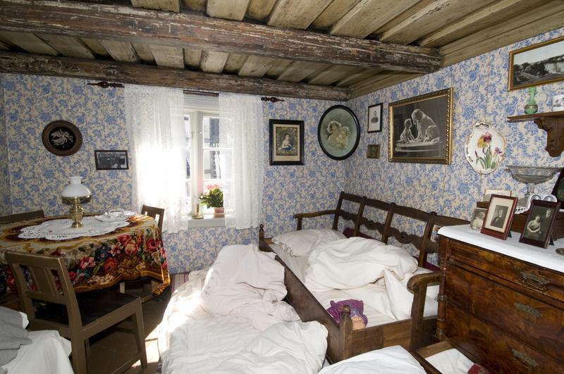Med store, barnrike familier i små rom, hadde ikke alle egen seng å sove i. Noen måtte dele, andre måtte sove på gulvet, og de aller minste kunne få seng i en kommodeskuff.