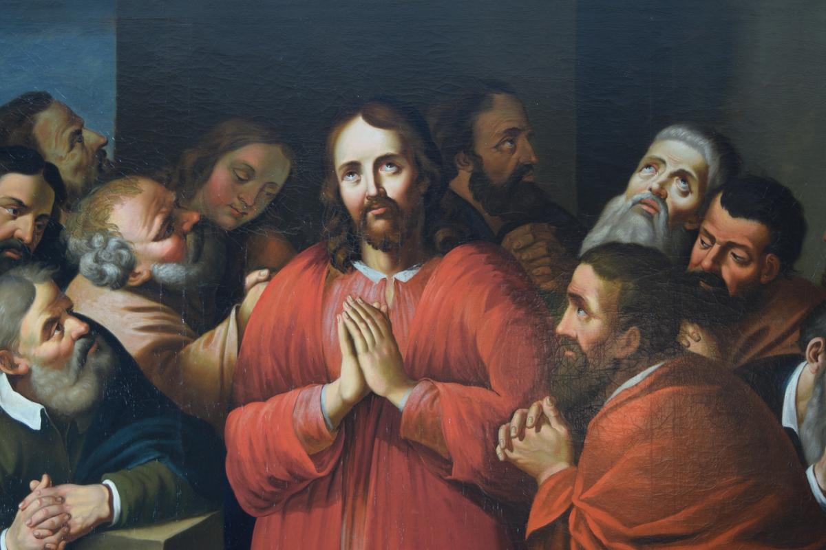 Rektangulært breddeformat. I rødt og noe hvitt kristus med seks disipler på hver side. Synlige hender ber. Bakgrunn/bunn i form av bare vegger/blå himmel.