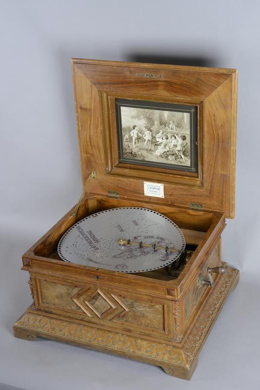 Platespilledåse Polyphon som den rustne platen skal spilles av på. Hvis den hadde vært i god stand.