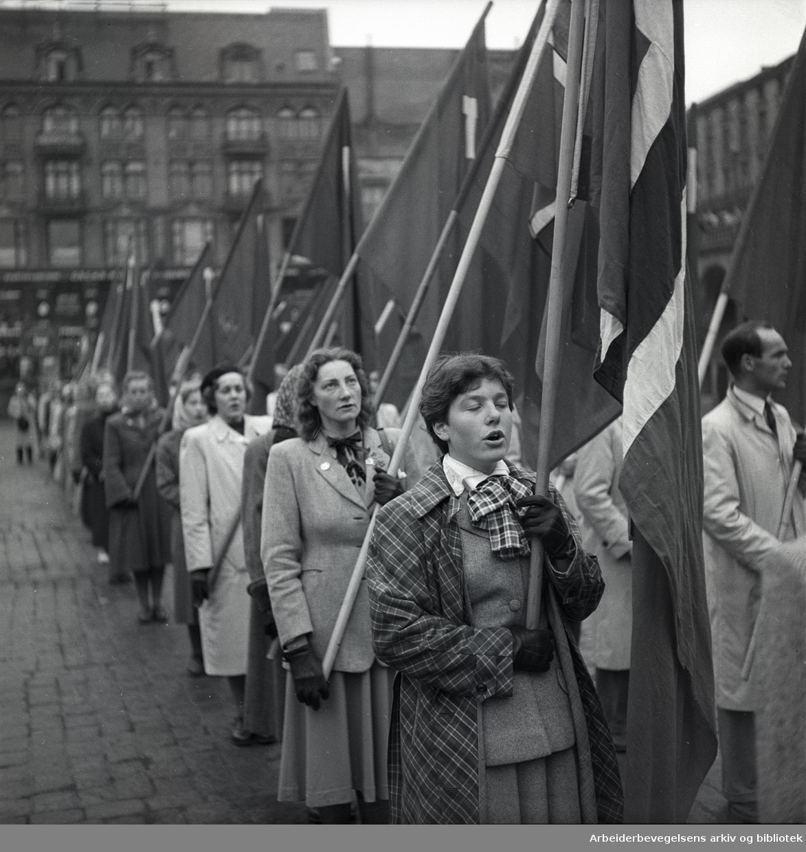 1. mai 1950, demonstrasjonstog og flaggborg på Youngstorget.