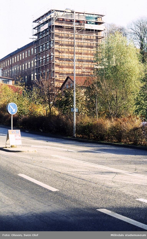 Stora Götafors i Mölndal renoveras i november 1993. Byggnadsställningar vid byggnadens torn. Vy från Kvarnbygatan.