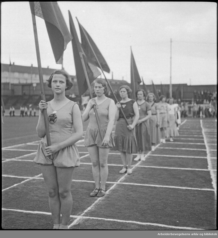 1. Mai 1932 på Dælenenga i Oslo. Kvinnelige idrettsutøvere danner flaggborg.