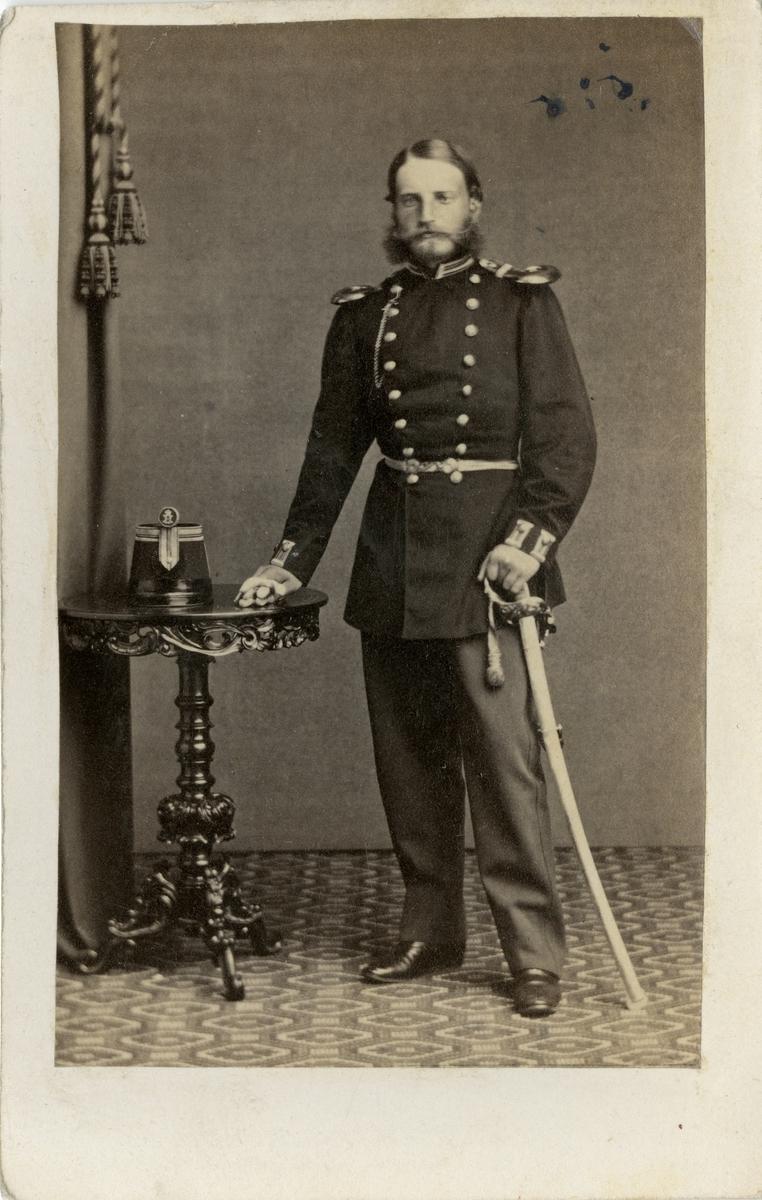 Porträtt av Otto Fredrik Henrik von Bahr, officer vid Upplands regemente I 8.  Se även bild AMA.0021809.