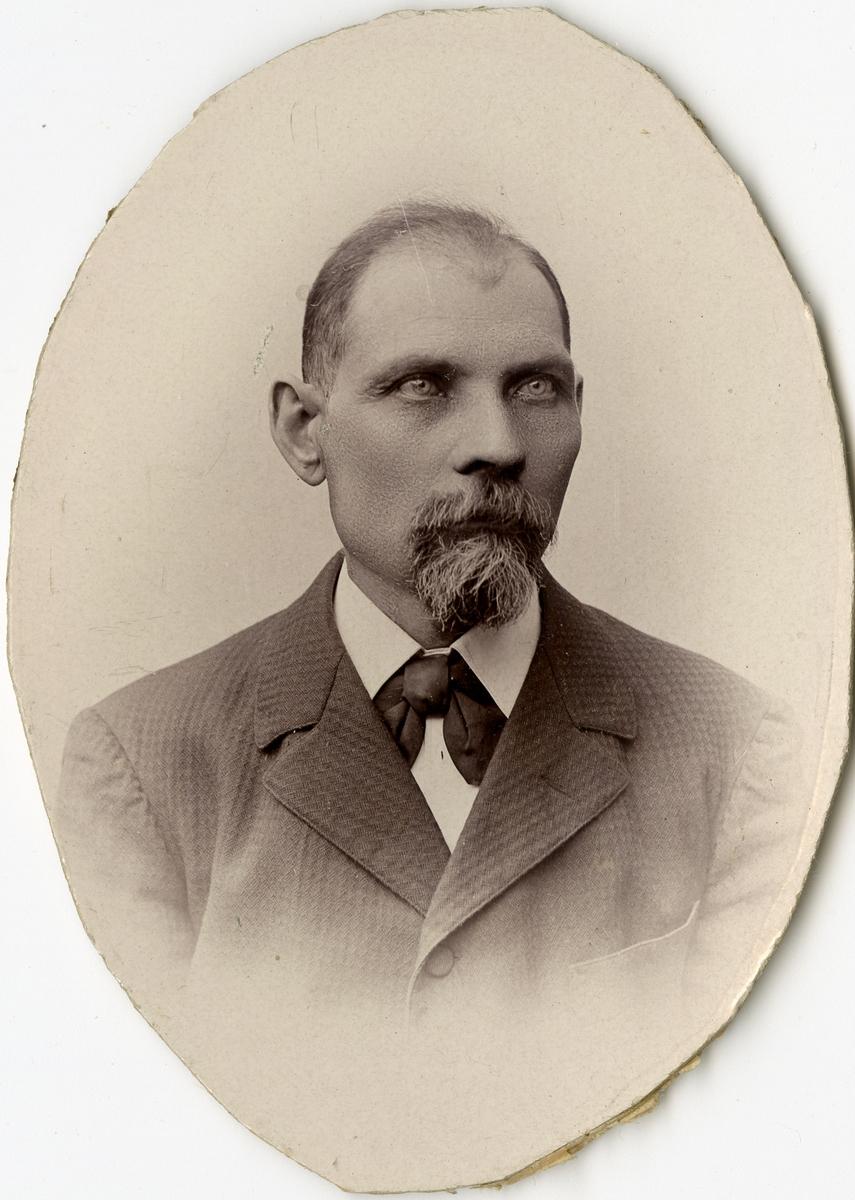 Porträtt av J.F. Lindgren vid Stockholms Tyg-, ammunitions- och gevärsförråd.