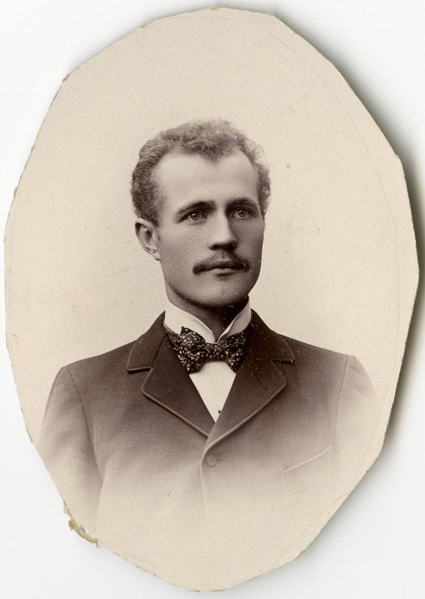 Porträtt av J.F. Bergström vid Stockholms Tyg-, ammunitions- och gevärsförråd.