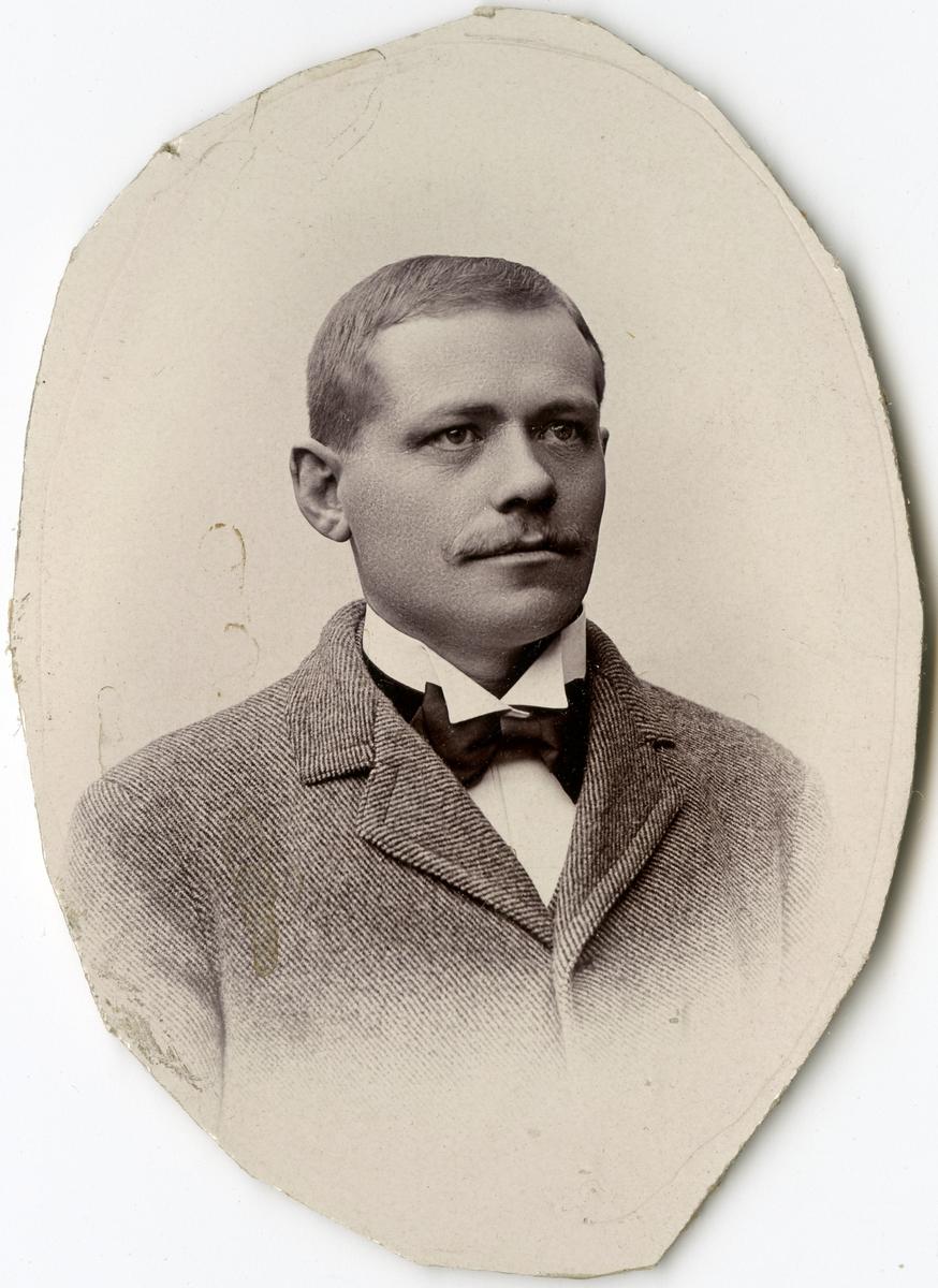 Porträtt av C.T. Nylander vid Stockholms Tyg-, ammunitions- och gevärsförråd.