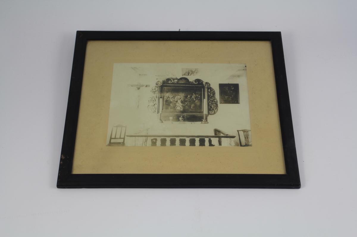 Alter med alterring i hospitalskirken, med alterutstyr, en stol på hver side av alteret, til venstre et krusifiks og til høyre et maleri.