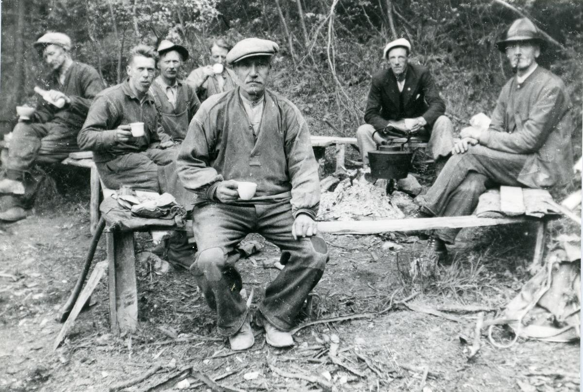 Vegarbeidarar har ei kaffepause i arbeidet sitt. Tatt ca 1933-34.