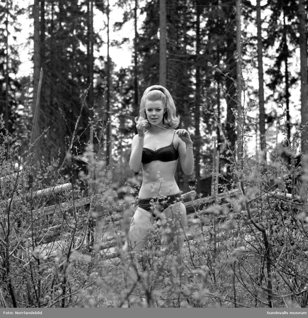 Sommarens mode för damer fotograferat för ett resereportage i Dagbladet. Bilder från Knaust, Timrå simhall och Norra stadsberget.