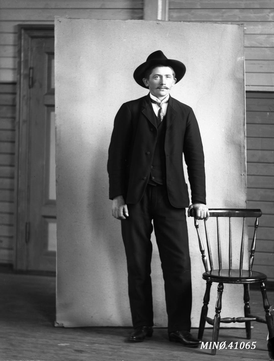 Portrett av ung mann med flott hatt - John Granmo