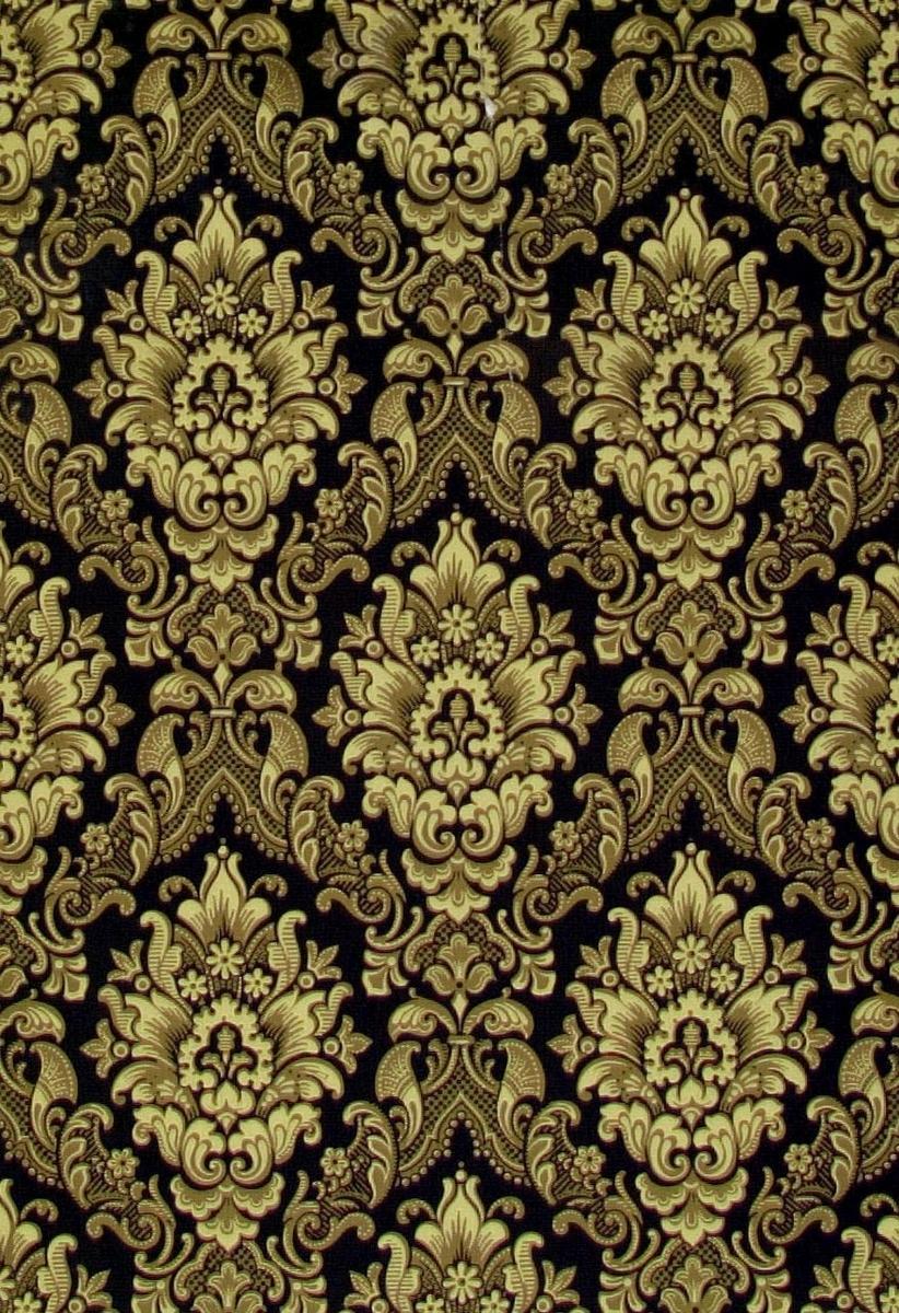 /Brev finnes/   Liljor dekorerade med broskornamentik och franska liljan i diagonalupprepning. Tryck i marin, gult och grönbeige.