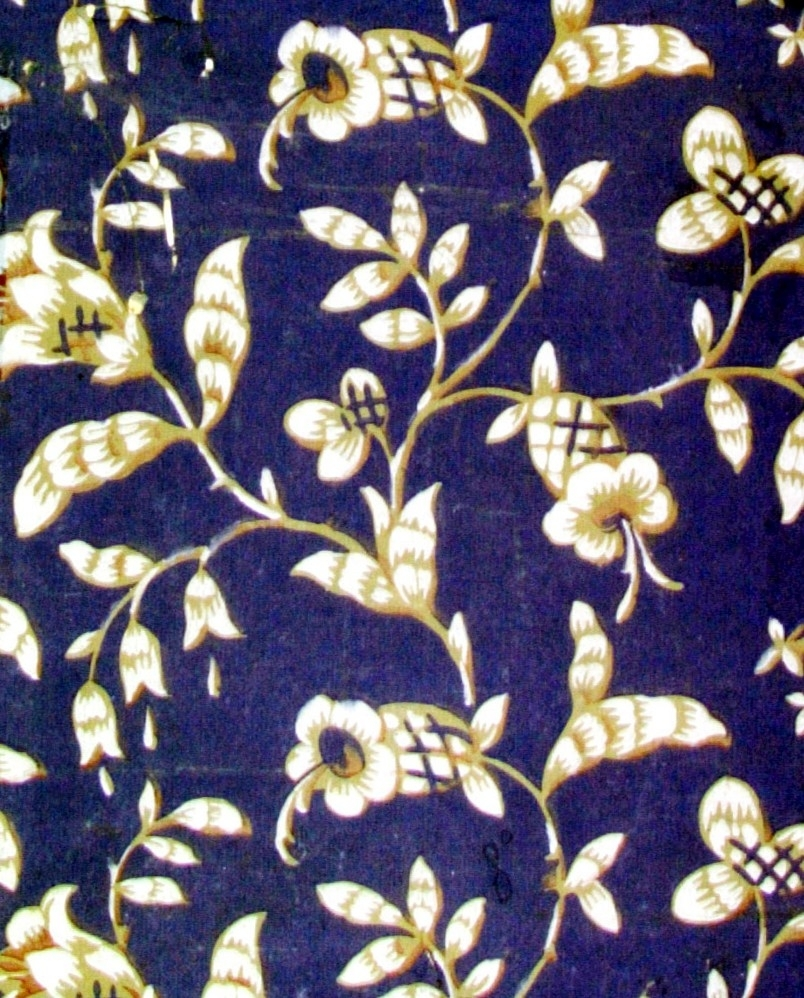 /undertapet tillverkad på Norrköpings tapetfabrik/  Ett stiliserat blommönster med fantasifulla blommor i vitt, beige, vinrött och kobolt. Grågrönt genomfärgat papper.