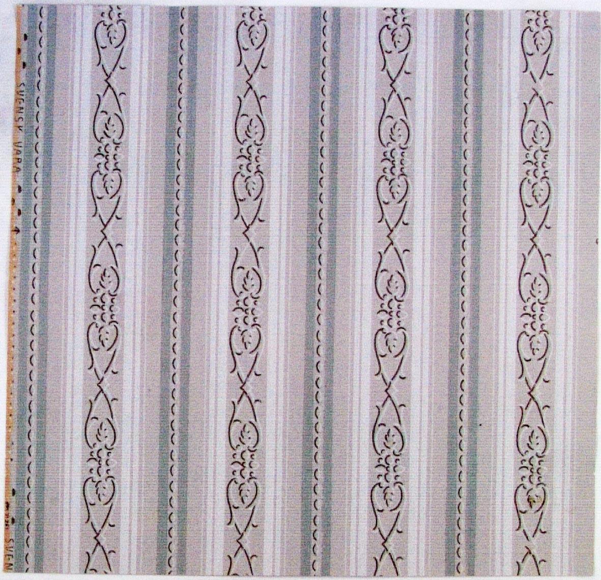 Randmönster i vitt, beige och grågrönt omväxlande med ett  sirligt lodrätt ornament i vitt och ljusbrunt.