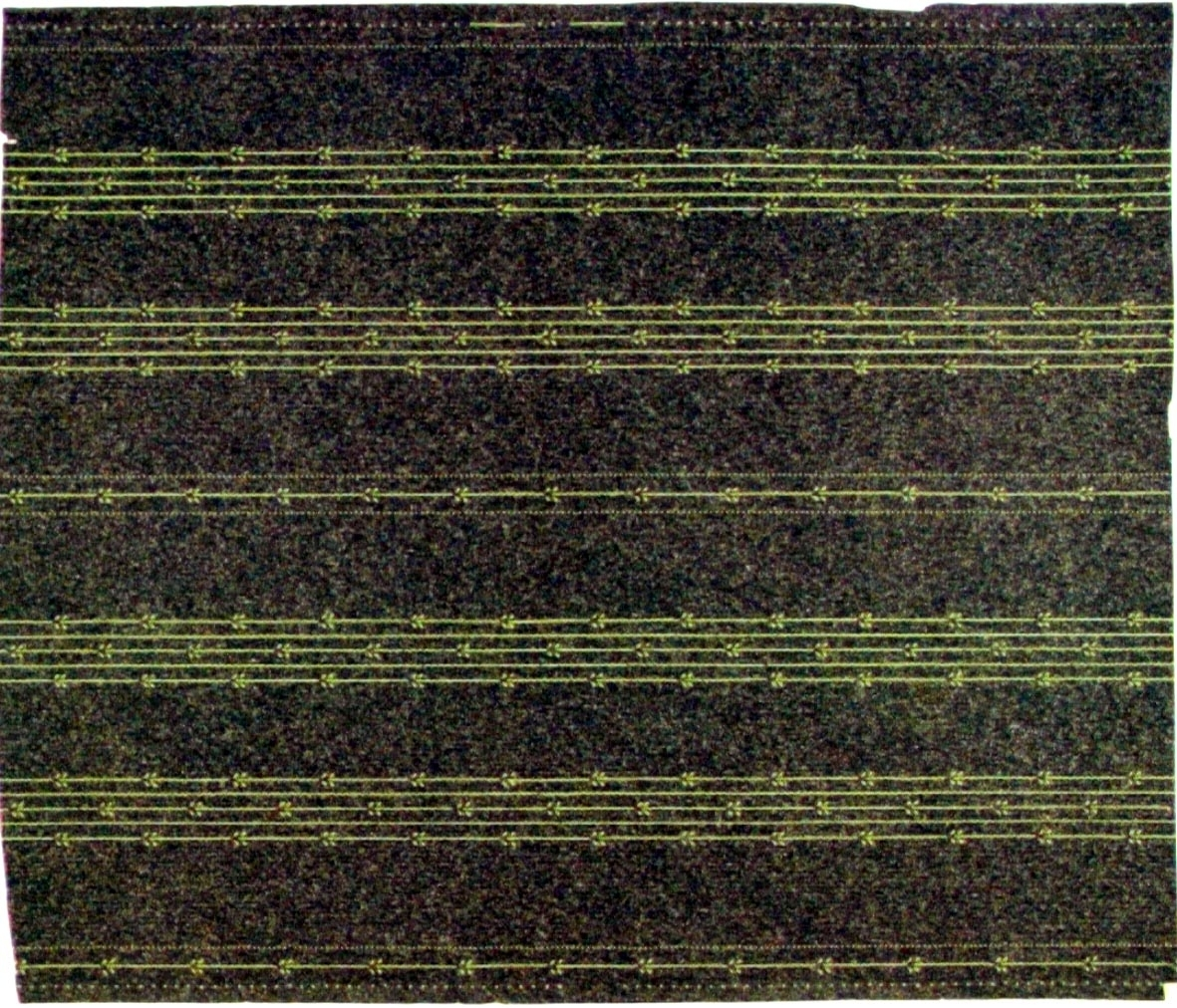 Randmönster bestående av återkommande partier med stiliserade lodräta små bladrankor i gulgrönt på en mörkgrön bakgrund belagd med sågspån.