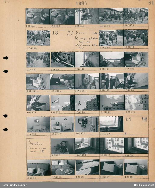 Motiv: Hästpremiering i Rimbo; En kvinna står vid ett räcke, en man leder en häst, människor och hästar vid en byggnad.  Motiv: Hästpremiering i Rimbo, Rimbor station 363-371, Utst. Bostad och Barn 372-; En man leder en häst inför publik, hjulen på ett lok, vy över en tågstation, två män hanterar paket och lastar ur en järnvägsvagn, flaggstänger med svenska flaggan, interiör med sängar, barnmöbler med docka, ett fönster med en krukväxt.  Motiv: Bostad och Barn t.o.m. rulle 25; En docka, detalj av ett fönster, interiör med soffa och kuddar, ett bord, ett piano.