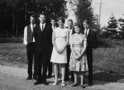 Gruppe, Stange. Foran f.v. Jørgen Johansen, Tove Johansen, E