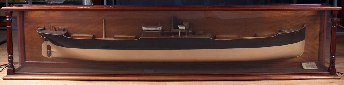 Halvmodell av DS RAN i originalt glassmonter. Ikke speil. Noe listverk på monteret er borte. Glassskår og skitt inni monteret. Målestokk 1:48.
