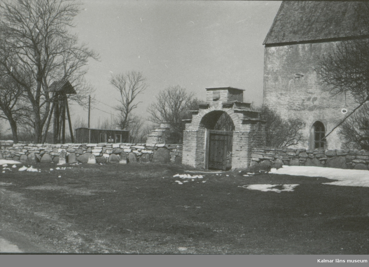 Källa ödekyrka var från början ett torn i västra delen, byggt omkring år 1170. Under stenkyrkans första tid ansåg man att, det mäktiga västtornet, som var minst en våning högre än nu, var fullt tillräckligt skydd för bygden. Omkring 1200-talet föreställer vi oss att nästa  byggnadsperiod tog vid. Ett nytt kor, lika brett som långhuset, men högre en detta, byggdes. Något senare byggdes en skyttevåning över hela kyrkan. Därmed blev kyrkan en av öns starkaste sockenfästningar.
