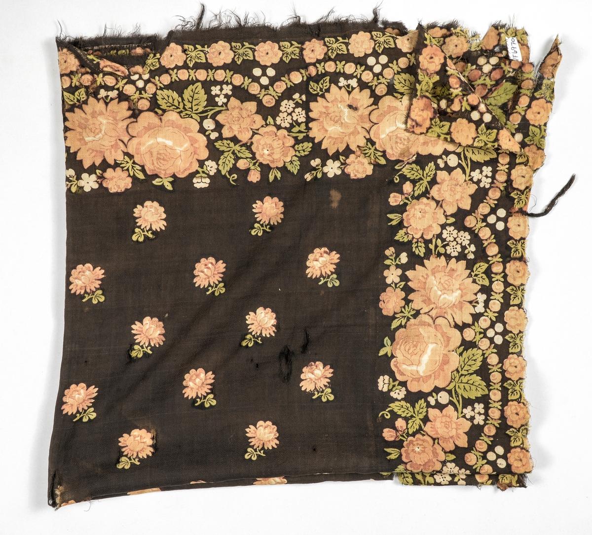 Tørkle i kypervove ull, mørkebrunt i botn med trykt mønster i lys brunt, grønt og beige. Ikkje falda langs sidene.
