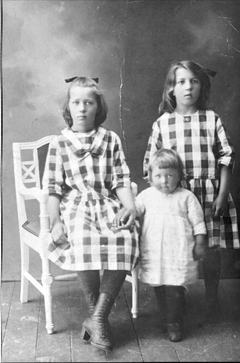 Studioportrett av tre søstre fra Evenskjer