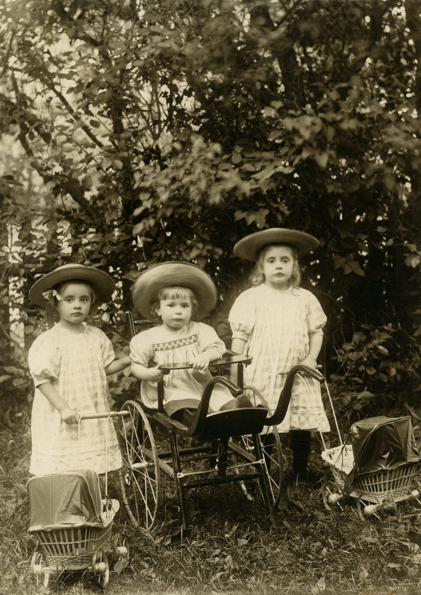 Vanda, Folke, Stina Strümpel. Barn till rådman August Strümpel och hans hustru Emelie. Vanda född 21/5 1904, Stina född 1/4 1907. Stina född 1/10 1902, död 30/1 1987. Fotot taget 1908.