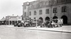 Brandbilar och ambulans uppställda utanför Brandstationen.