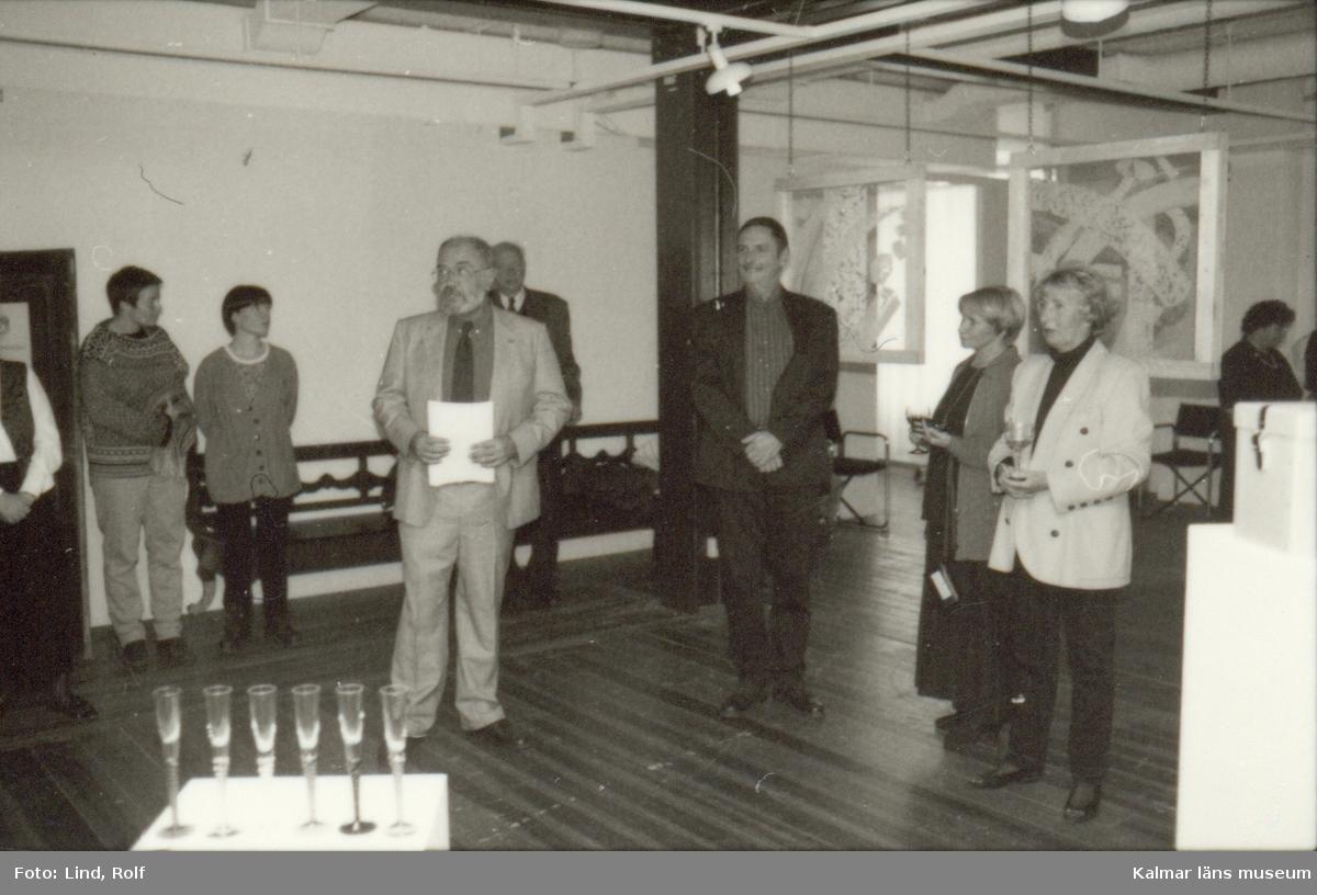 Foto: Rolf Lind 1996  Utställningar Länsmuseet Egen Produktion  Formspråk Rolf Sinnermark  Vernissage  Landsantikvarie Dag Widholm inviger utställn.